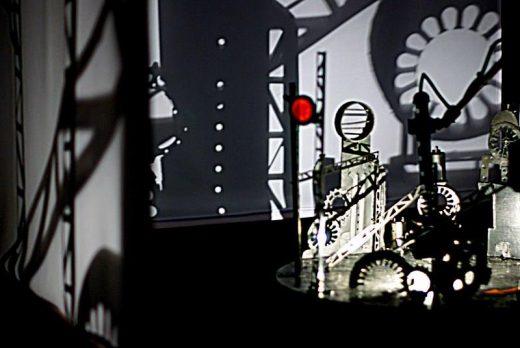 Fotografia przedstawiająca interaktywną instalację cieniową Machinarium