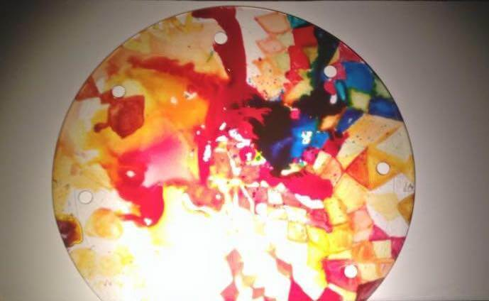 Fotografia przedstawiająca wielobarwne koło wykonane w technice teatru cieni